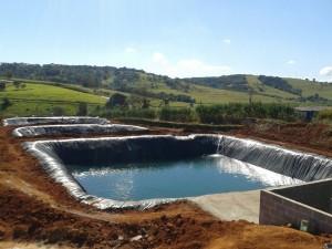 Reservatório escavado para irrigação com água captada dos galpões.